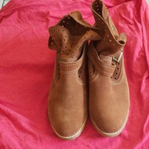 Size 9 slouchly Restricted suede booties